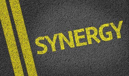 sinergia: Sinergia en la carretera de alquitrán Foto de archivo