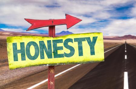 Segno di onestà con freccia su sfondo autostrada Archivio Fotografico