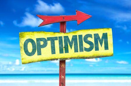 optimismo: signo de optimismo con la flecha en el fondo de playa Foto de archivo