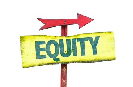 equidad: signo de la equidad con la flecha sobre un fondo blanco