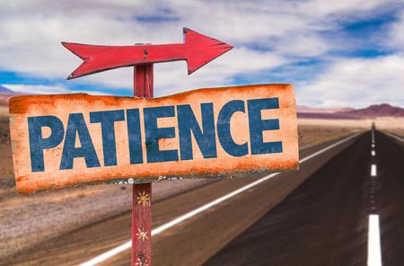 paciencia: signo de la paciencia con la flecha en un fondo de la carretera