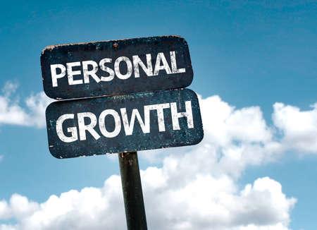 superacion personal: signo de crecimiento personal con las nubes y el cielo de fondo