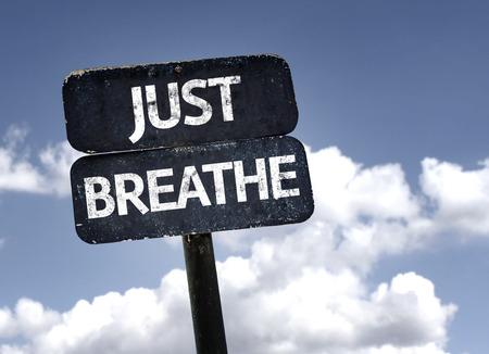Just Breathe signo con nubes y el cielo de fondo