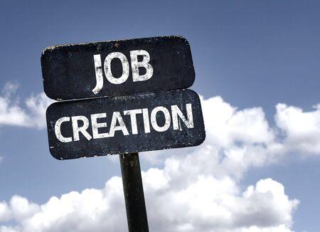 schöpfung: Job Creation Zeichen mit Wolken und Himmel im Hintergrund