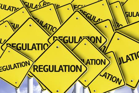 obedecer: Múltiples señales de tráfico con el texto: Reglamento Foto de archivo