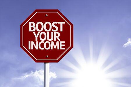 remuneraci�n: Aumentar sus ingresos escrito en la se�al de tr�fico Foto de archivo
