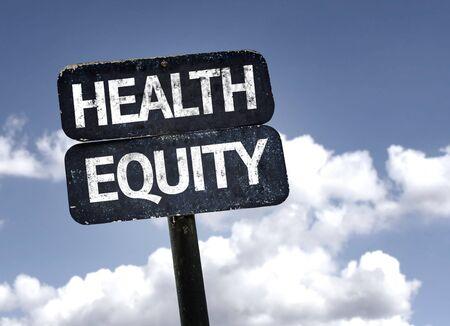 equidad: signo de la equidad en salud con las nubes y el cielo de fondo
