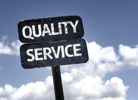 competitividad: Calidad de Servicio signo con nubes y el cielo de fondo