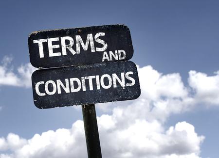 obedecer: Términos y Condiciones signo con nubes y el cielo de fondo