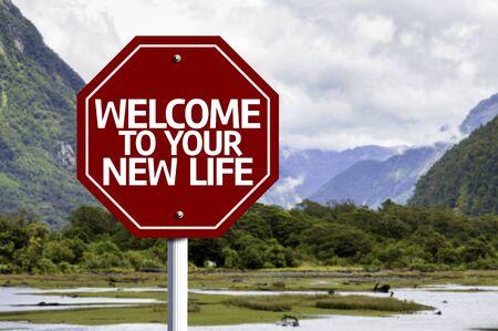 Bienvenue à votre nouvelle vie écrite sur le signe de la route avec la vallée de fond