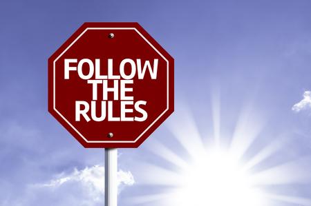 obedecer: Siga las reglas escritas en la se�al de tr�fico Foto de archivo