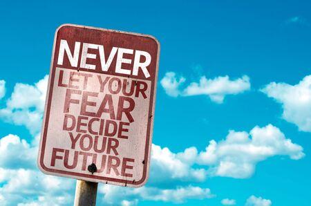 Entscheiden Sie Ihre Zukunft Zeichen mit Wolken und Himmel im Hintergrund Lassen Sie niemals Ihre Angst Standard-Bild