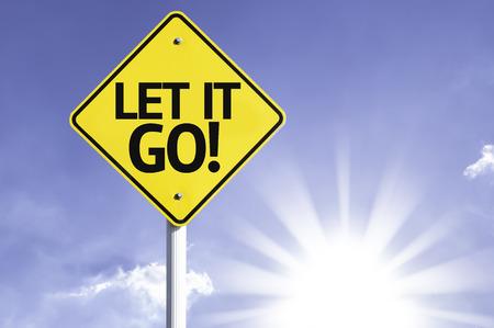 Laat het gaan! teken met zonnige achtergrond