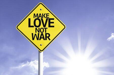 hacer el amor: Haz el amor y no la guerra cartel con el fondo de sol Foto de archivo