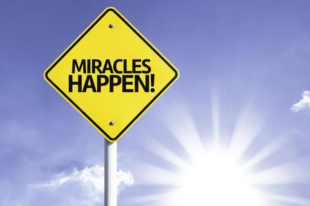 positivismo: ¡Los milagros ocurren! firmar con el fondo de sol