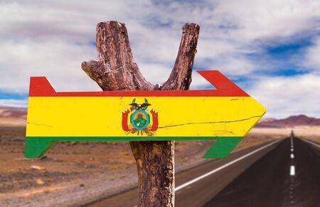 signo de la bandera de Bolivia con la flecha en el fondo de carreteras