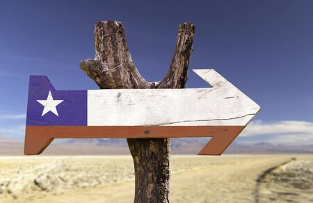 bandera de chile: Chile flag sign with arrow on desert background