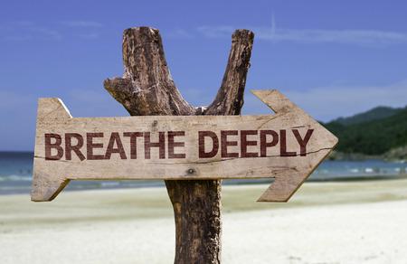 Oddychaj głęboko znak ze strzałką na tle plaży