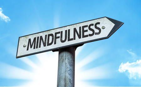 Mindfulness bord met zonnige achtergrond