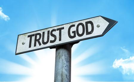 Vertrauen Sie Gott Schild mit sonnigen Hintergrund Standard-Bild