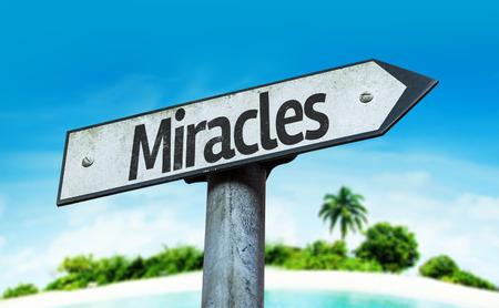 positivismo: Milagros señal con fondo de playa Foto de archivo