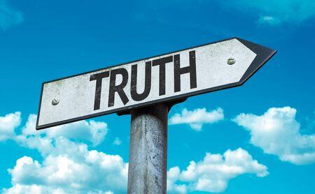 valores morales: signo de la verdad con las nubes y el cielo de fondo