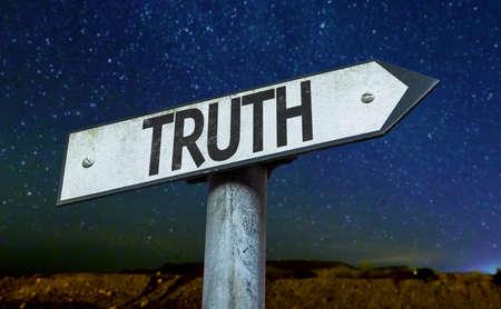 valores morales: signo de la verdad con el fondo del cielo nocturno