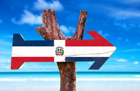 Dominicaanse Republiek vlag met pijl op het strand achtergrond Stockfoto