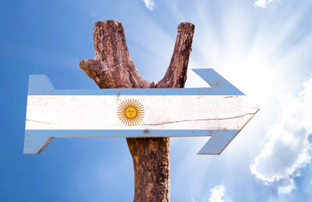 bandera argentina: Argentina flag sign with arrow on sunny background