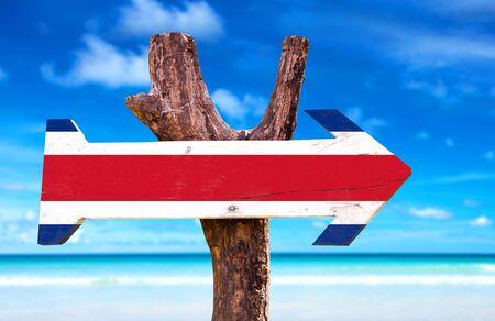 bandera de costa rica: signo de la bandera de Costa Rica con la flecha en el fondo de la playa
