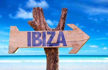 Ibiza-teken met pijl op strandachtergrond