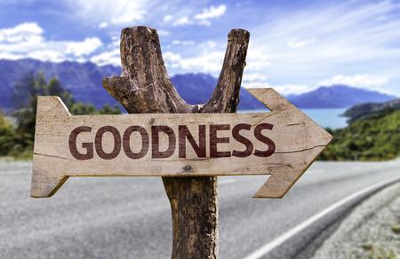 bondad: signo de la bondad con la flecha en el fondo de carreteras Foto de archivo