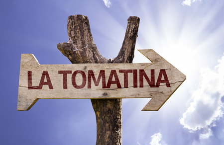 La Tomatina-teken met pijl op zonnige achtergrond