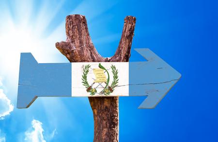 bandera de guatemala: signo de la bandera de Guatemala con la flecha en el fondo de sol Foto de archivo
