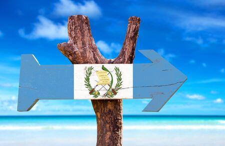 bandera de guatemala: signo de la bandera de Guatemala con la flecha en el fondo de playa