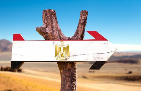 bandera de egipto: signo de la bandera de Egipto con la flecha en el fondo del desierto Foto de archivo