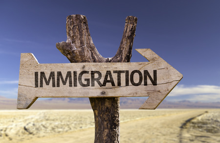 tarjeta visa: Immigration sign with arrow on desert background