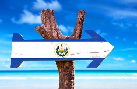bandera de el salvador: signo de la bandera de El Salvador con la flecha en el fondo de playa Foto de archivo