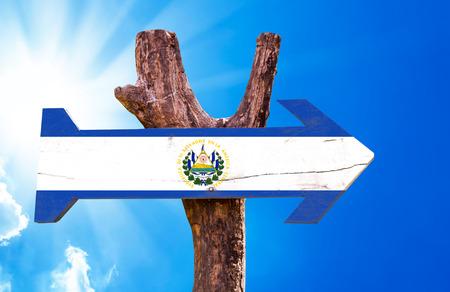 bandera de el salvador: signo de la bandera de El Salvador con la flecha en el fondo de sol