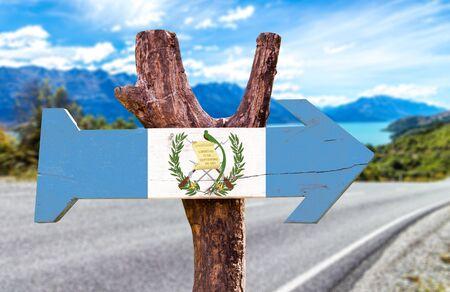 bandera de guatemala: signo de la bandera de Guatemala con la flecha en el fondo de carreteras