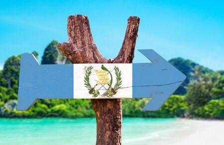 bandera de guatemala: bandera de Guatemala tablero de la muestra de madera en el fondo de los humedales