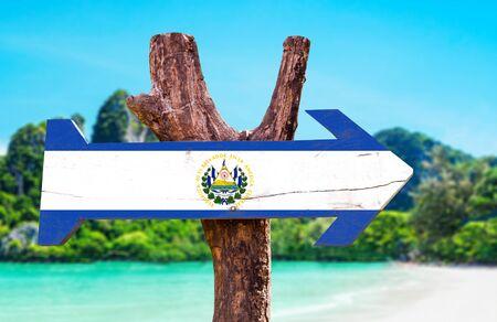 bandera de el salvador: bandera de El Salvador tablero de la muestra de madera en el fondo de los humedales