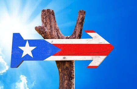 bandera de puerto rico: signo de la bandera de Puerto Rico con la flecha en el fondo de sol