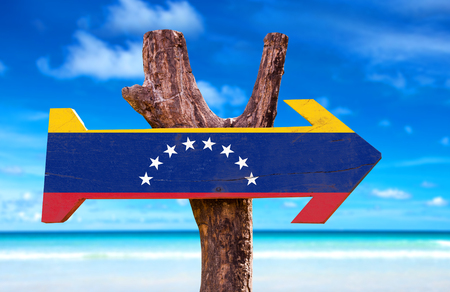 bandera de venezuela: signo de la bandera de Venezuela con la flecha en el fondo de playa