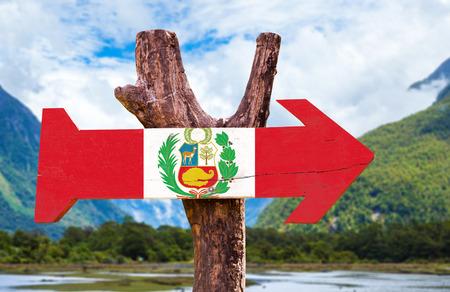 bandera de peru: bandera de Perú tablero de la muestra de madera en el fondo de los humedales