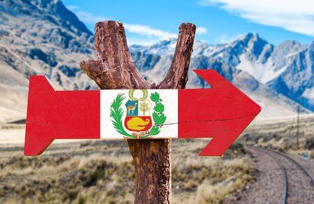 bandera de peru: signo de la bandera de Perú con la flecha en el fondo de carreteras Foto de archivo