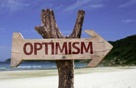 positivismo: signo de optimismo con la flecha en el fondo de playa Foto de archivo