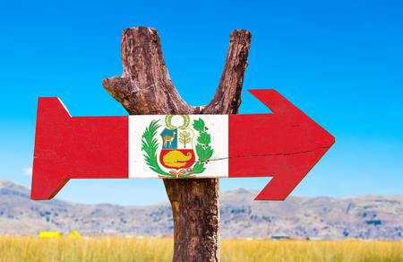bandera de peru: signo de la bandera de Perú con la flecha en el fondo del lago Titicaca Foto de archivo