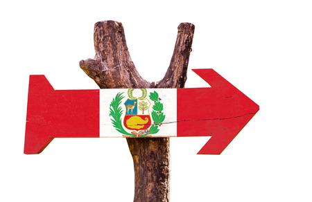 bandera de peru: bandera de Perú tablero de la muestra de madera sobre fondo blanco Foto de archivo