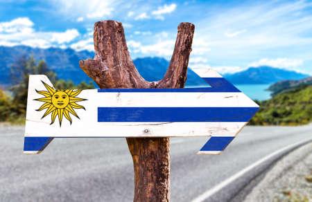 bandera de uruguay: signo de la bandera de Uruguay con la flecha en el fondo de carreteras